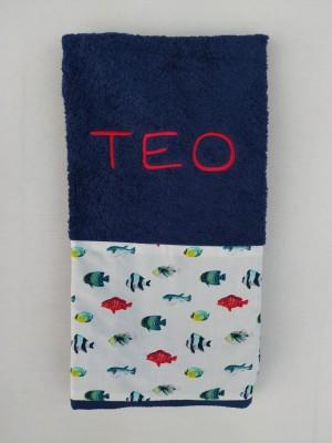 Toalla azul marino tejido peces personalizada