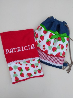 Conjunto toalla y mochila fresas personalizada